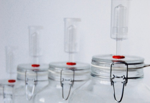 Bail and clamp jars with airlock